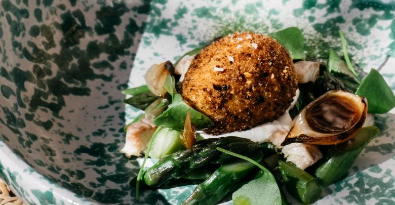 L'oeuf en croûte de pain de campagne et asperges vertes de Pierre Augé